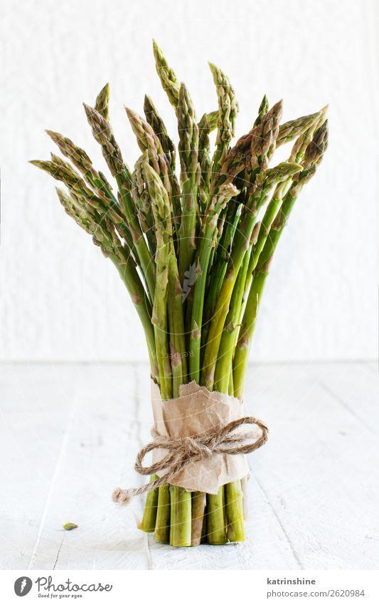 Frische rohe Spargelstangen auf einem weißen Tisch Gemüse Ernährung Abendessen Vegetarische Ernährung Diät frisch grün rustikal saisonbedingt Speer