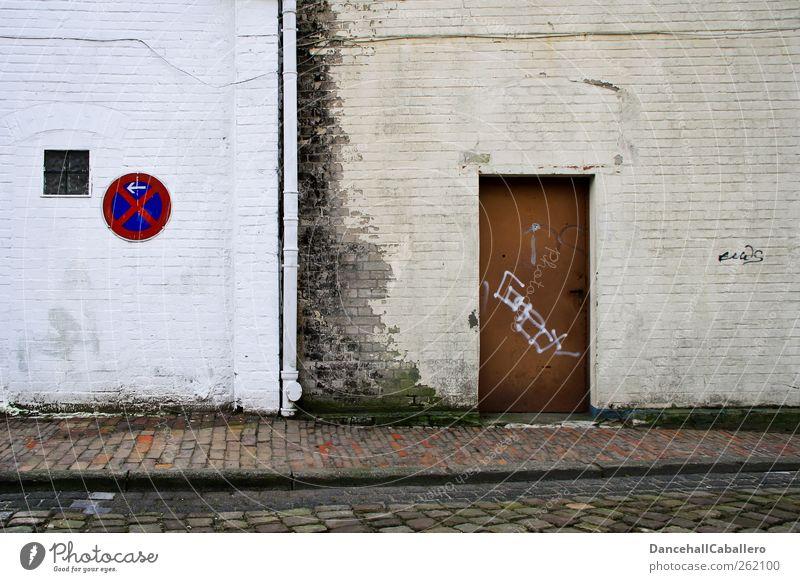 noch ein Türchen alt Einsamkeit Haus Fenster Wand Straße Graffiti Gebäude Mauer dreckig kaputt Bürgersteig verfallen Fabrik Verfall
