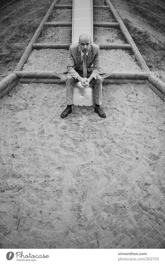 auf dem spielplatz Mensch Mann Einsamkeit Erwachsene Leben Spielen lustig träumen maskulin trist verrückt Zukunftsangst Schmuck Stress Anzug Verzweiflung