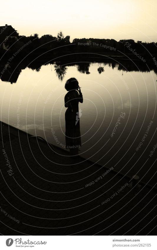 fernweh feminin 1 Mensch Teich See Bach Fluss Rastalocken Afro-Look Rauchen ruhig standhaft Sehnsucht Heimweh Fernweh Einsamkeit Stil stagnierend Stimmung