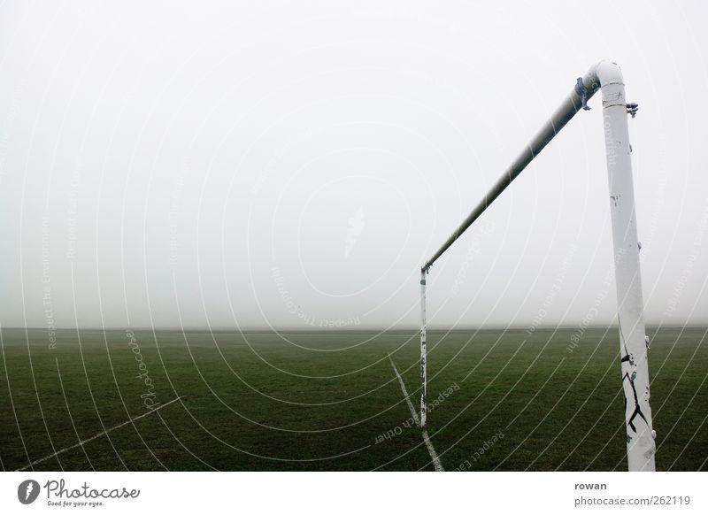tor Einsamkeit Wiese dunkel kalt Sport Linie dreckig Nebel nass Schilder & Markierungen Fußball leer trist Sportrasen Unwetter Tor