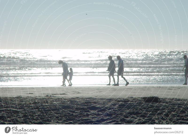 A Walk at the Beach Strand Meer Pazifik Cannon Beach Oregon Gegenlicht Mensch Spaziergang Sandstrand Horizont Strandspaziergang Fußgänger Tourismus Tourist