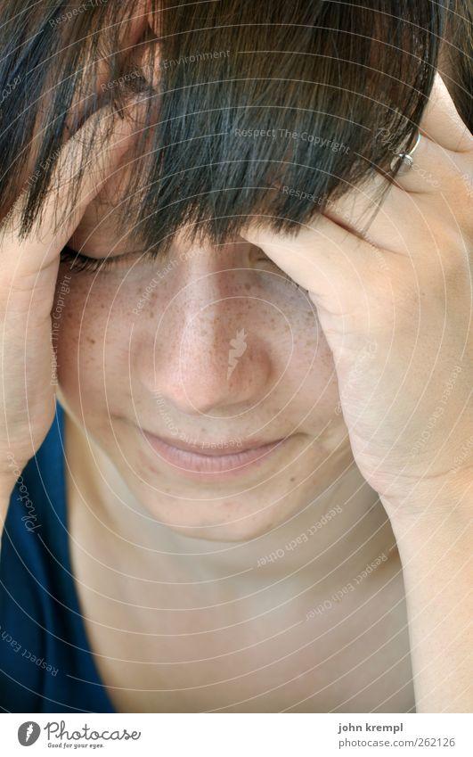 Auf was hab ich mich da... Mensch Jugendliche Hand Einsamkeit ruhig Gesicht Erwachsene feminin Haare & Frisuren Denken träumen natürlich Hoffnung 18-30 Jahre Junge Frau Schutz