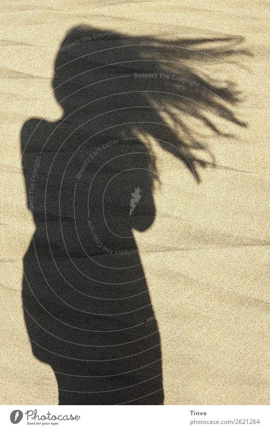 Schatten einer Frau mit langen Haaren am Strand feminin Haare & Frisuren 1 Mensch Natur Sommer Erotik Erholung Leichtigkeit Ferien & Urlaub & Reisen Wind