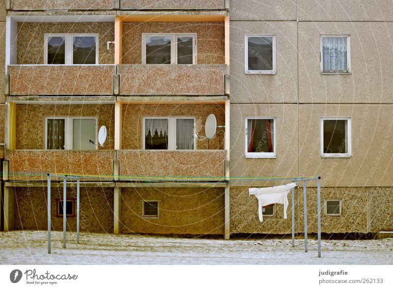 Haßleben Satellitenantenne haßleben Dorf Haus Gebäude Architektur Mauer Wand Fassade Balkon Fenster trashig Stadt Stimmung Häusliches Leben Wäscheleine Gardine