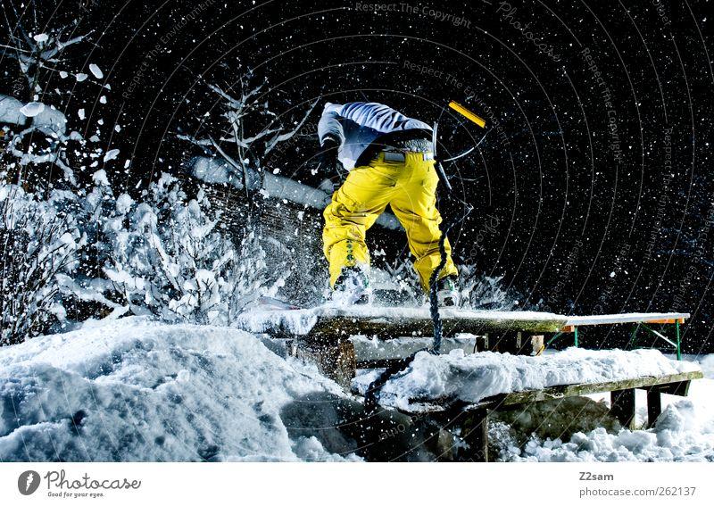 Leise rieselt der Schnee Mensch Natur Jugendliche Junger Mann Winter 18-30 Jahre Erwachsene Umwelt gelb Stil Sport Lifestyle Garten Schneefall maskulin