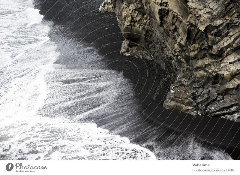 Küste an der Dyrholaey, Island Strand Meer Wellen Natur Landschaft Wasser Felsen Menschenleer braun grau schwarz weiß Trauer Reynisdrangar Vik dykes felsnadeln