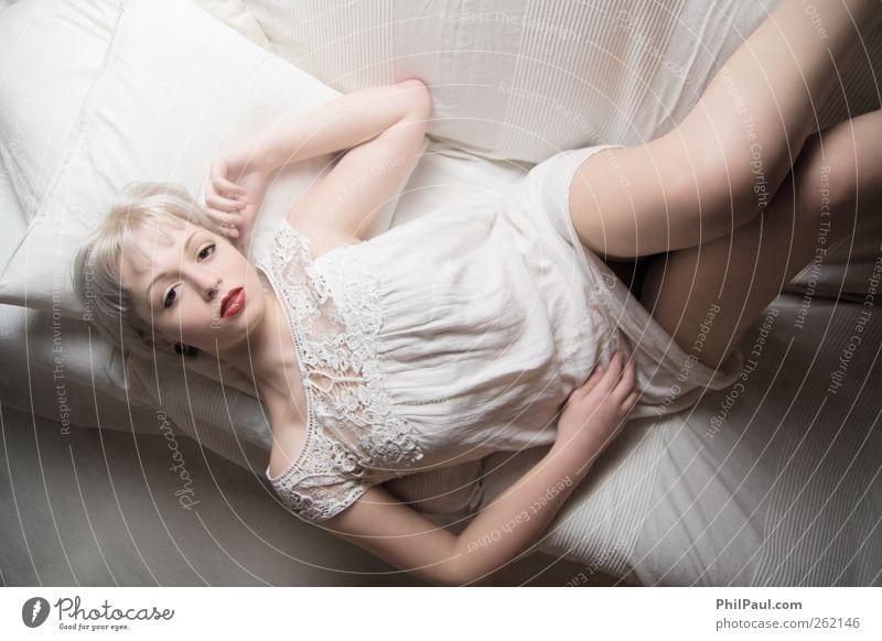 Porzellan Stil Sofa Wohnzimmer feminin Junge Frau Jugendliche Leben 1 Mensch 18-30 Jahre Erwachsene Kleid blond weißhaarig kurzhaarig Erholung liegen