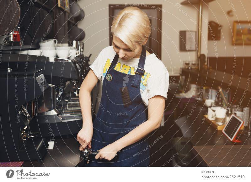 lächelnder junger Barista, der Kaffee im Café zubereitet. Mittagessen Kaffeetrinken Getränk Heißgetränk Lifestyle Restaurant Cocktailbar