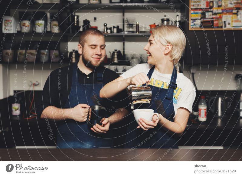 lächelnde Barista am Arbeitsplatz im Café schön Körperpflege Wellness Leben harmonisch Ferien & Urlaub & Reisen Tourismus Ausflug Entertainment Party