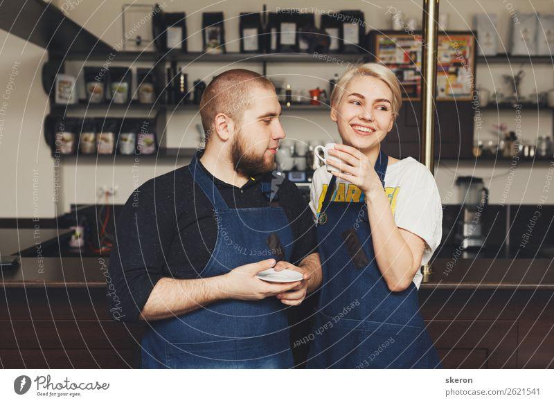 lächelnde Barista am Arbeitsplatz im Café Lebensmittel Mittagessen Büffet Brunch Geschäftsessen Heißgetränk Kakao Kaffee Latte Macchiato Espresso Tee Lifestyle