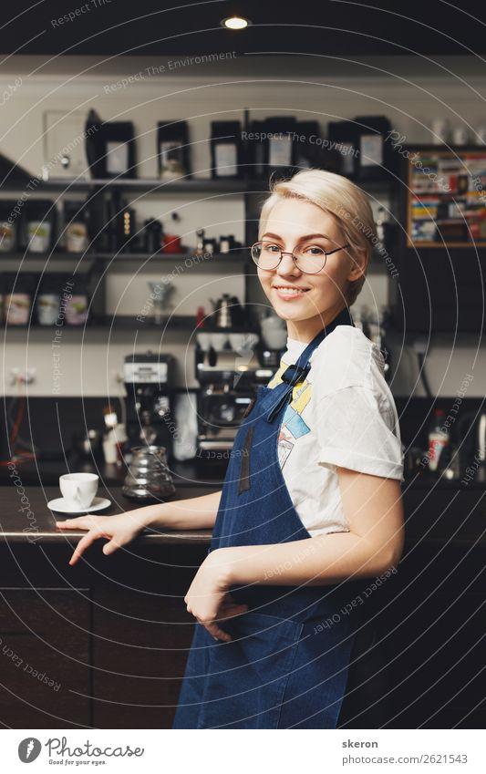 lächelnde Barista im Café Mittagessen Kaffee Teller Lifestyle Freizeit & Hobby Kindererziehung Bildung Arbeit & Erwerbstätigkeit Beruf Mensch feminin 1
