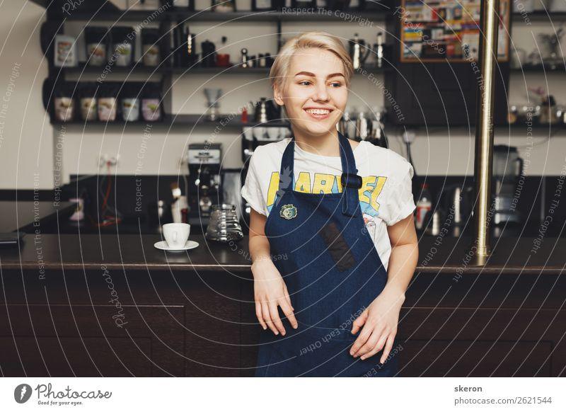 lächelndes Barista-Mädchen in einem Café Mittagessen Kaffeetrinken Teller Lifestyle Gesundheit Schüler Azubi Arbeit & Erwerbstätigkeit Beruf Arbeitsplatz Küche