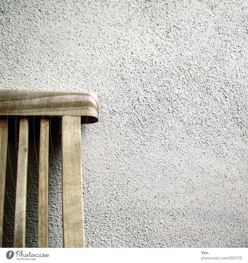 mit dem Rücken zur Wand Mauer Fassade Putz Stuhl Möbel Holz kalt grau weiß Maserung grobkörnig Teak Gartenstuhl sitzen Farbfoto Gedeckte Farben Außenaufnahme