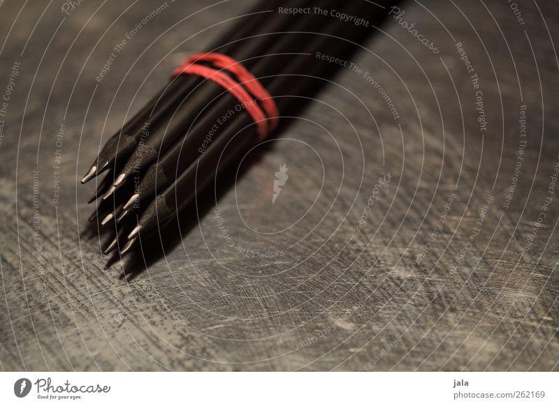 3B Schreibwaren Schreibstift Metall ästhetisch dunkel grau rot schwarz silber Farbfoto Innenaufnahme Menschenleer Textfreiraum rechts Textfreiraum unten