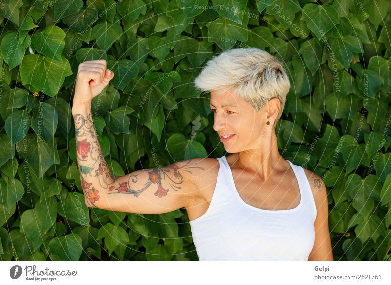 Blonde Frau Lifestyle Stil Glück schön Körper Sommer Erwachsene Arme Natur Pflanze Blume Park Mode Tattoo blond Fitness Lächeln Coolness stark blau rot weiß