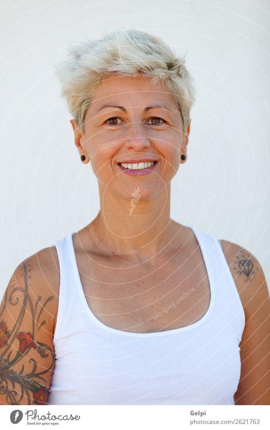 Blonde Frau Lifestyle Stil Glück schön Körper Sommer Erwachsene Arme Punk Park Mode Schmuck Tattoo blond Lächeln Coolness blau weiß Mädchen jung