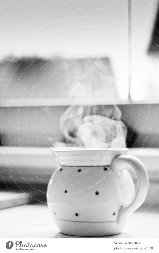 teatime Getränk Heißgetränk Trinkwasser Tee Duft Wasserdampf Dunst Teekanne Teebeutel Teetrinken Porzellan Fenster Fensterbrett Küchentisch Schwarzweißfoto
