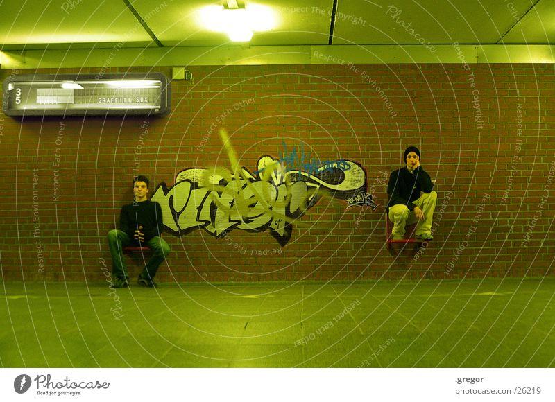 graffiti sux full grün Gemälde Mensch Graffiti Bahnhof sitzen Sitzgelegenheit