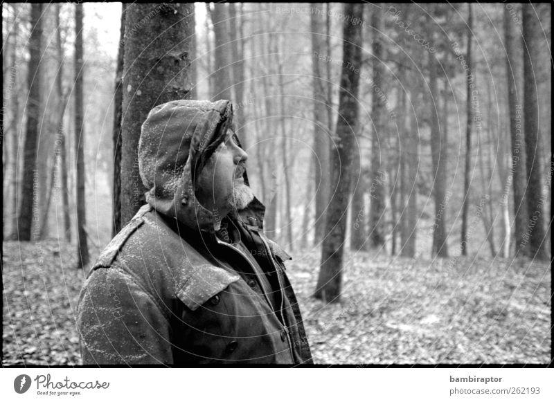 Porträt No. 2 Mensch maskulin Mann Erwachsene Vater 1 45-60 Jahre Natur Winter Schnee Schneefall Baum Wald Jacke Blick Kapuze Parka analog Schwarzweißfoto
