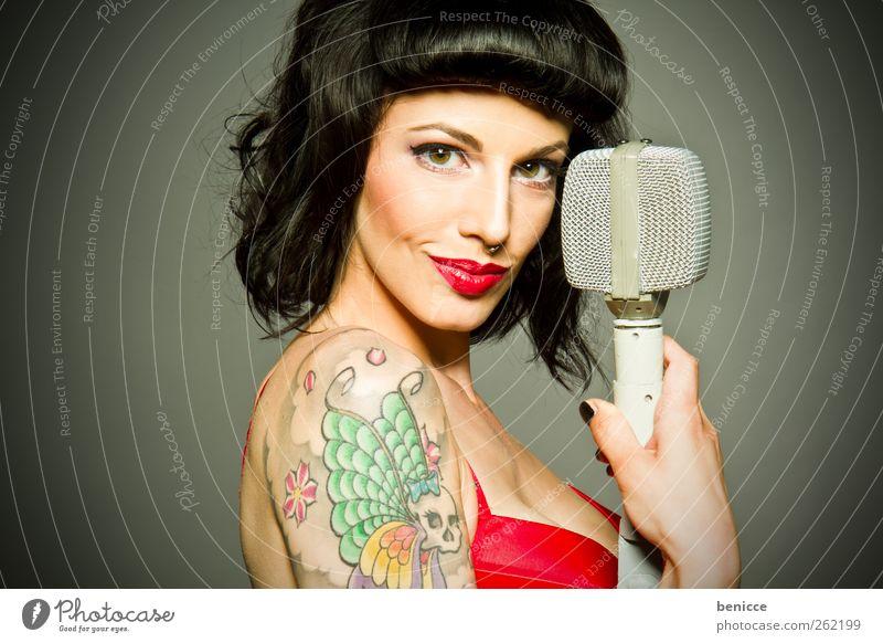 the pinup Frau Mensch singen Sänger Lied Mikrofon Junge Frau Erotik Erwachsene Porträt Isoliert (Position) Gesang Tattoo Konzert Bühne Tonstudio Stimme Karaoke