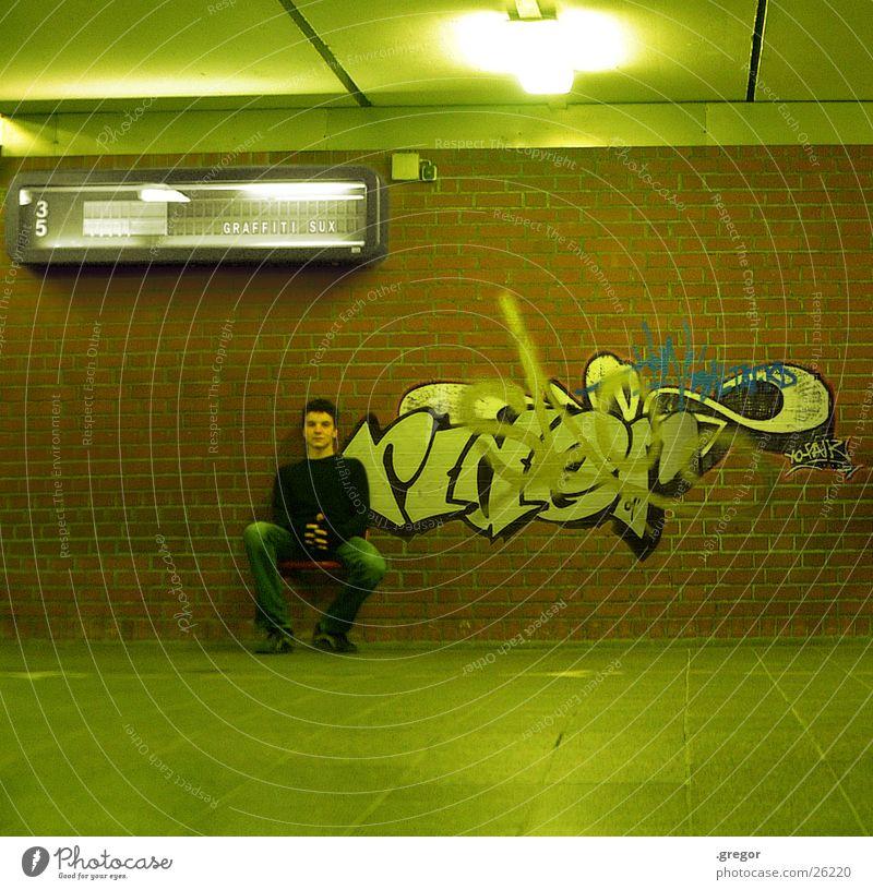 graffiti sux 2 Mensch grün Graffiti sitzen Gemälde Bahnhof Sitzgelegenheit Anzeige