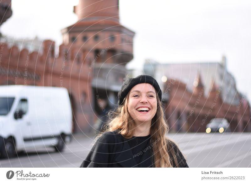Frau, Mütze, lachen, Berlin Ferien & Urlaub & Reisen Sightseeing Städtereise Erwachsene 1 Mensch 18-30 Jahre Jugendliche Mauer Wand Oberbaumbrücke blond
