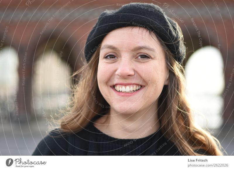Lachende Frau mit Mütze Ferien & Urlaub & Reisen feminin Erwachsene 1 Mensch 18-30 Jahre Jugendliche Mode blond langhaarig lachen ästhetisch Freundlichkeit