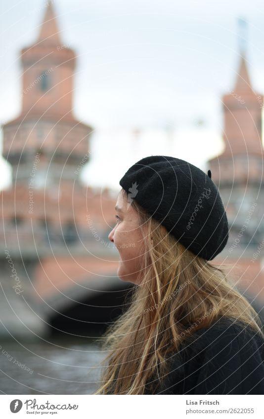 Sightseeing Berlin, Oberbaumbrücke, Frau mit Baskenmütze Lifestyle Ferien & Urlaub & Reisen Tourismus Städtereise feminin Erwachsene 1 Mensch 18-30 Jahre