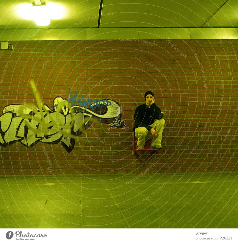 graffiti sux Mensch grün Graffiti sitzen Gemälde Bahnhof Sitzgelegenheit