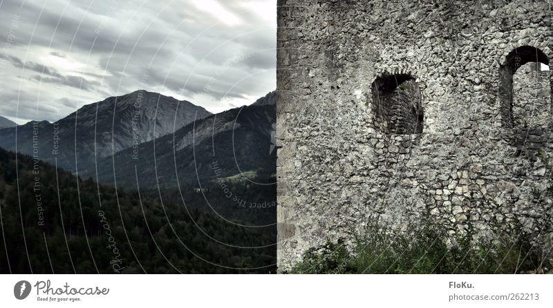 halb und halb Landschaft Wolken schlechtes Wetter Wald Hügel Felsen Alpen Berge u. Gebirge Menschenleer alt dunkel grau grün Verfall Ruine Burg oder Schloss