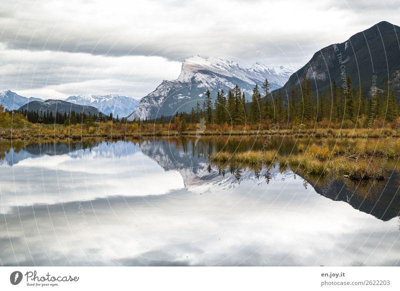 Symmetrie | Berge die sich im See spiegeln im Herbst und bei bedecktem Himmel mit vielen Wolken Kanada Banff Banff National Park Vermilion Lakes Mount Rundle