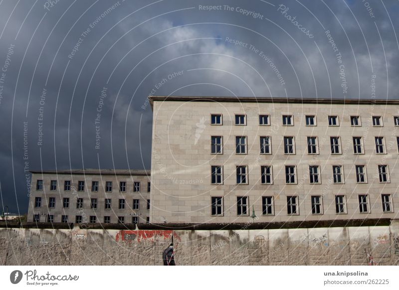 dunkle wolken Stadt Wolken Wand Berlin Architektur Mauer Gebäude Beton bedrohlich Schönes Wetter Stadtzentrum Hauptstadt Sehenswürdigkeit eckig