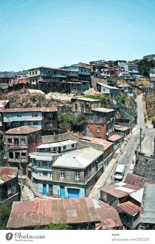 Dächer von Valparaíso Himmel Stadt Sommer Haus Straße Berge u. Gebirge Wege & Pfade Wärme Gebäude Armut Klima authentisch Dach einzigartig einfach