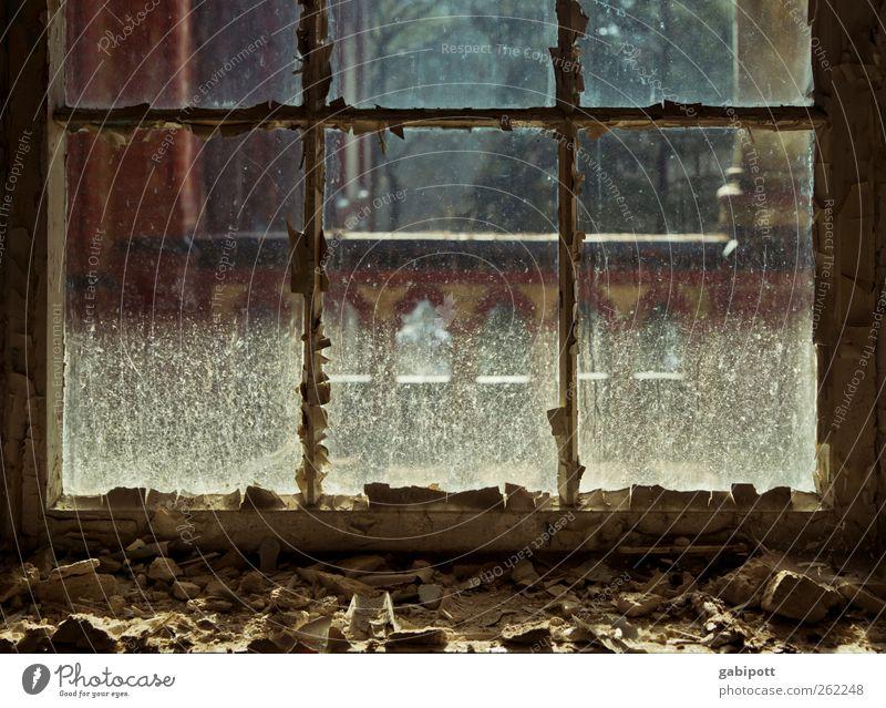 Der Staub der Zeit alt Haus ruhig Ferne Fenster Gebäude braun Zeit dreckig Fassade kaputt Wandel & Veränderung Vergänglichkeit Bauwerk geheimnisvoll Vergangenheit