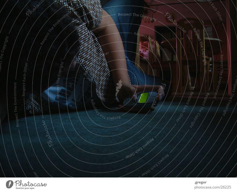 wasting time Mann alt warten Telefon Bodenbelag liegen Handy Langeweile SMS