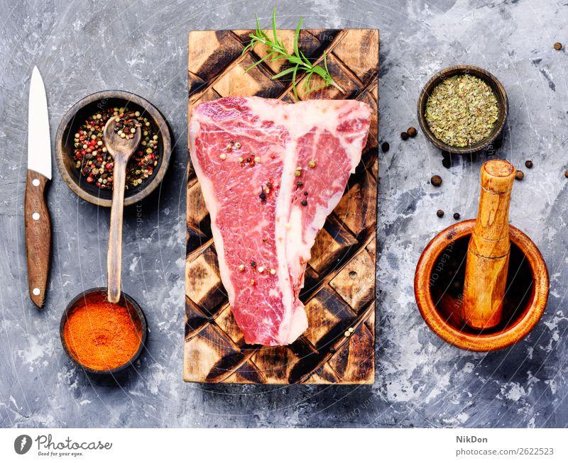 Rohes Rindfleisch rot Fleisch Steak frisch roh Lebensmittel ungekocht Paprika Gewürz Filet geschnitten Rosmarin Holzplatte Metzger Protein Produkt Essen