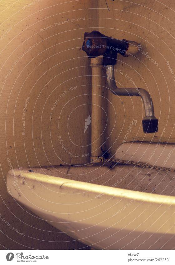 bischen staubig Innenarchitektur Dekoration & Verzierung Bad Mauer Wand Stein Beton alt authentisch einfach klein Ordnung Perspektive Verfall Vergangenheit