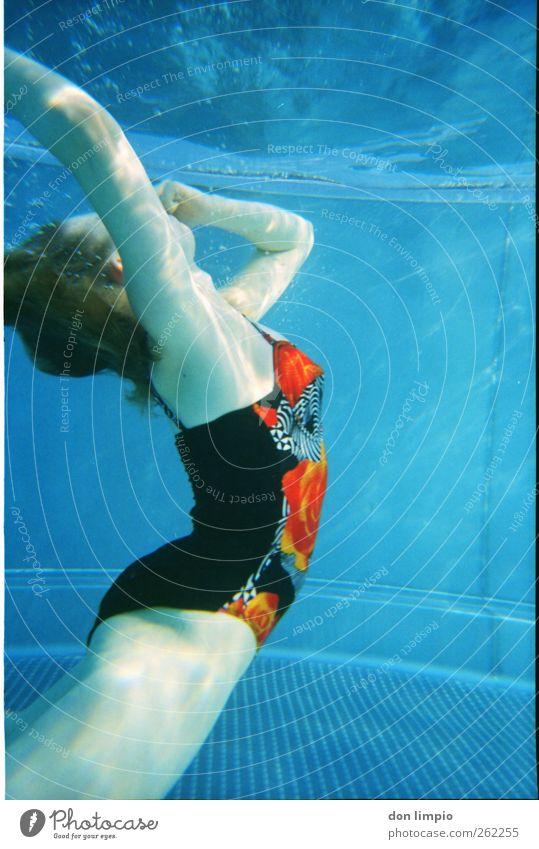 abtauchen Schwimmen & Baden Badeanzug retro analog Frau blau zuhalten schön sportlich Wasser Wassersport strecken biegen Reflexion & Spiegelung Blubbern