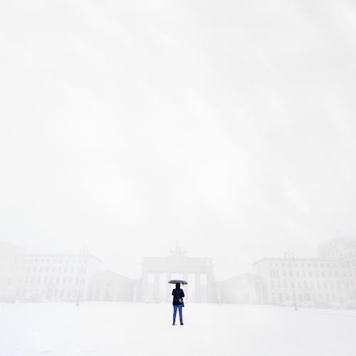was war´n det? Mensch Körper 1 Winter Klima Wetter schlechtes Wetter Unwetter Wind Sturm Nebel Stadt Hauptstadt Skyline Fassade Sehenswürdigkeit stehen