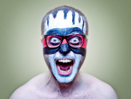Hell (2) Mensch maskulin Junger Mann Jugendliche Erwachsene 1 30-45 Jahre Kunst Künstler Subkultur gruselig verrückt rot schwarz weiß verstört Aggression Gewalt
