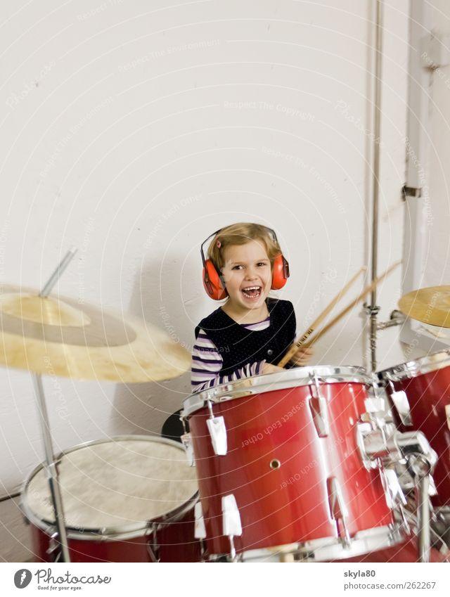 Musikerziehung Mädchen Kind Kleinkind Kindheit Erinnerung Spielen Freude Schlagzeug Musikinstrument Kopfhörer Ohrschützer