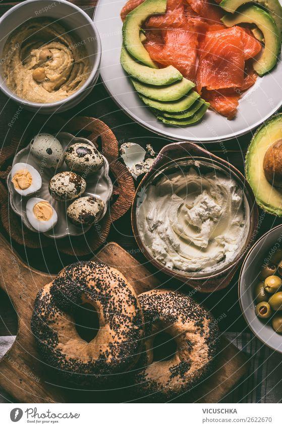 Frühstück mit Bagel , Eier, Lach und Avokado Lebensmittel Käse Brötchen Ernährung Büffet Brunch Bioprodukte Geschirr Stil Design Gesunde Ernährung