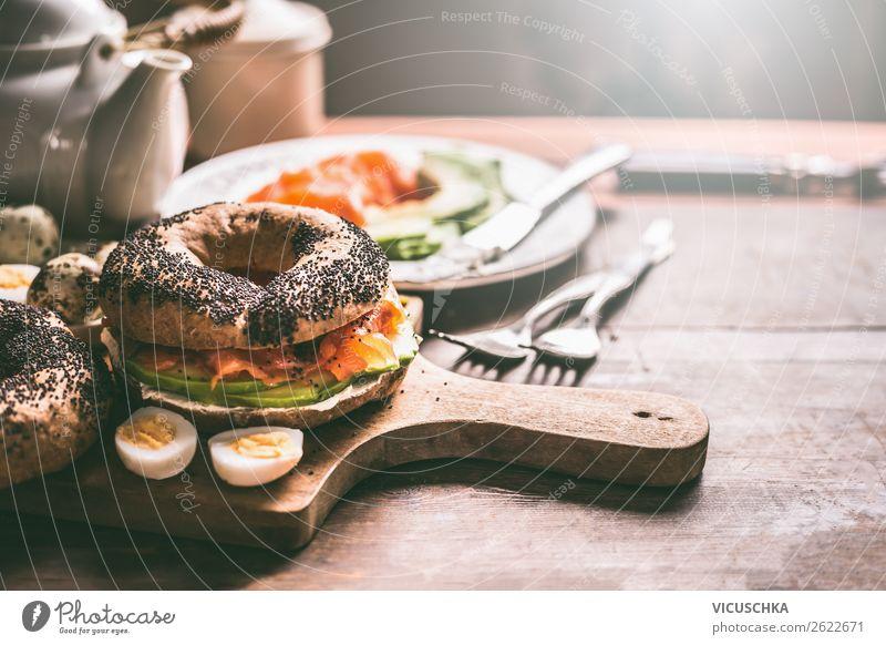 Bagel Sandwich mit Lachs und Wachteleier Lebensmittel Brötchen Ernährung Frühstück Heißgetränk Geschirr Stil Design Häusliches Leben Essen Belegtes Brot