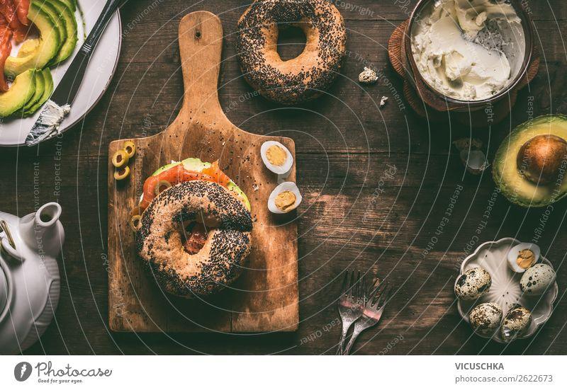 Frühstück mit belegtem Bagel Brötchen Lebensmittel Ernährung Stil Design Häusliches Leben Hintergrundbild Belegtes Brot Snack Lachs Avocado Wachtelei