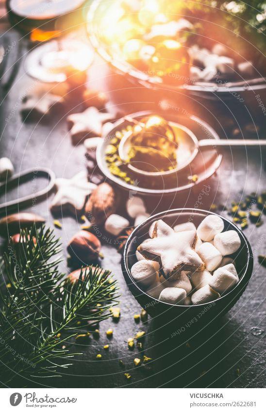Marshmallows und Zimtstern auf Küchentisch Dessert Süßwaren Festessen Design Winter Häusliches Leben Feste & Feiern Weihnachten & Advent Stil Plätzchen Kerze