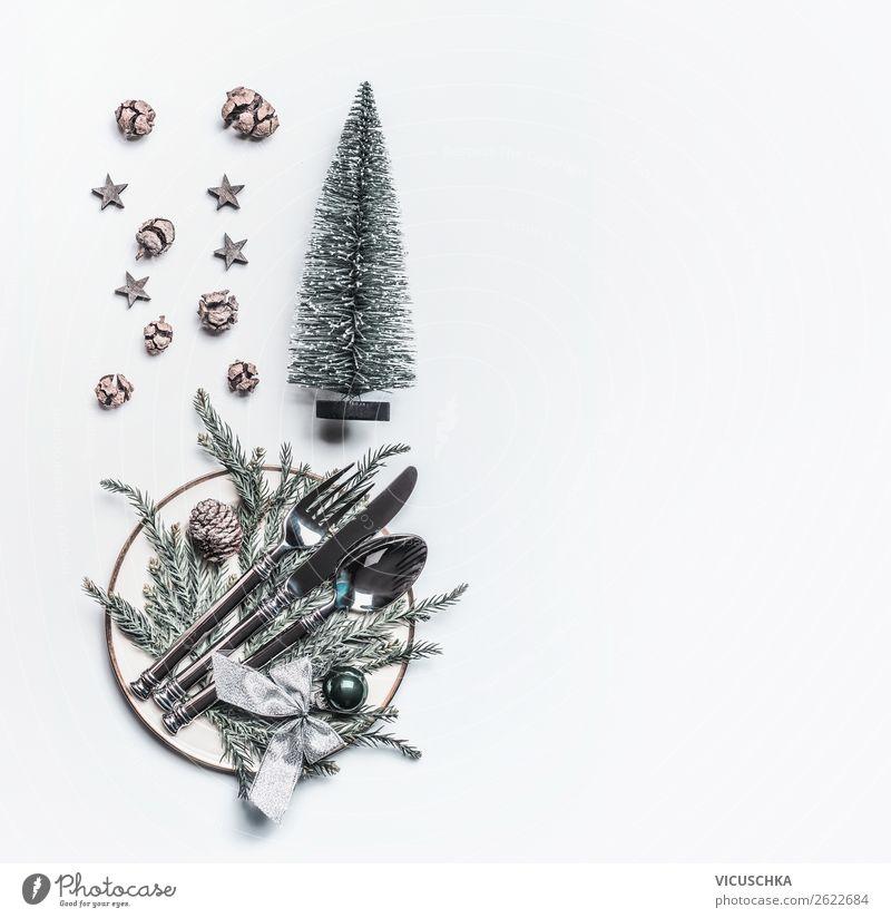 Weihnachten: Tischdekoration mit Zapfen und Tannenbaum Ernährung Festessen Geschirr Teller Besteck elegant Stil Design Winter Häusliches Leben