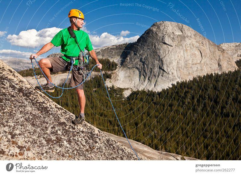 Mensch Mann Natur Erwachsene Leben Zufriedenheit Felsen wandern Abenteuer Seil Erfolg authentisch einzigartig Klettern Vertrauen Gipfel