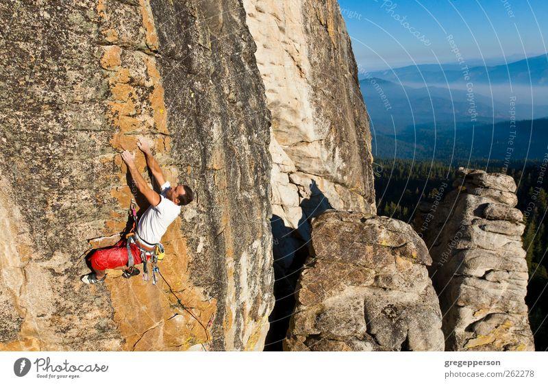 Kletterer, der sich an eine Klippe klammert. Leben Abenteuer Klettern Bergsteigen Seil Mann Erwachsene 1 Mensch 18-30 Jahre Jugendliche Felsen sportlich