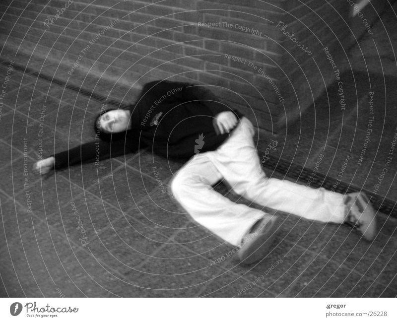 am bahnhof Mensch weiß schwarz Tod schlafen Bodenbelag Straßenkunst aufgeschlagen